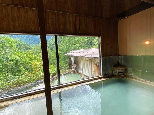 2種類の源泉が楽しめる大浴場と露天風呂(男湯)