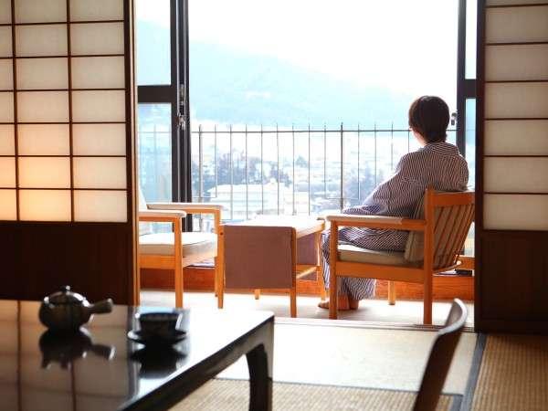 【和室10畳】お部屋から景色を眺めてゆったりとくつろぐ…