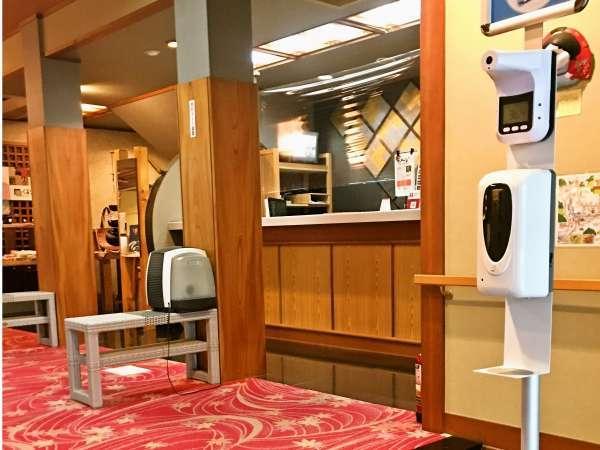 玄関には自動検温を自動消毒機器設置しています。