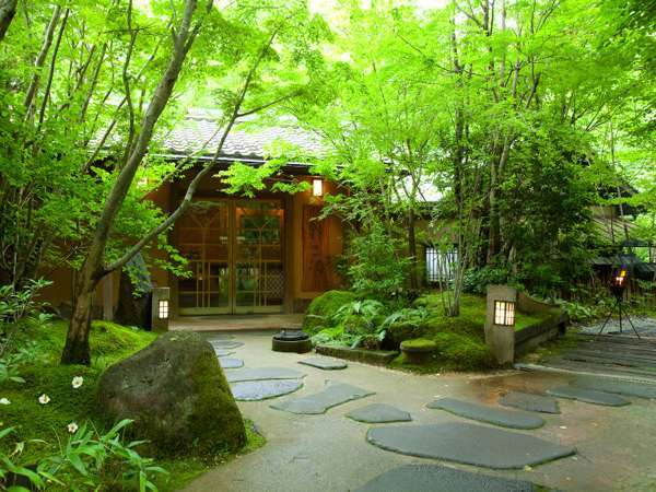 【玄関】苔と木々が生い茂る玄関