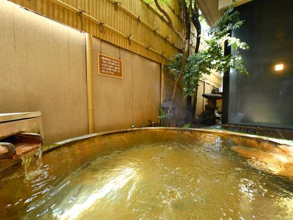 露天ひのき風呂「紅水晶」女湯にございます露天風呂。※清掃時間以外は常にご入浴可能です。