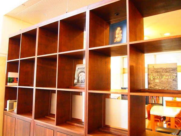 [ロビーリニューアル]高級感あふれる無垢の素材を使った飾り棚を設置しました。