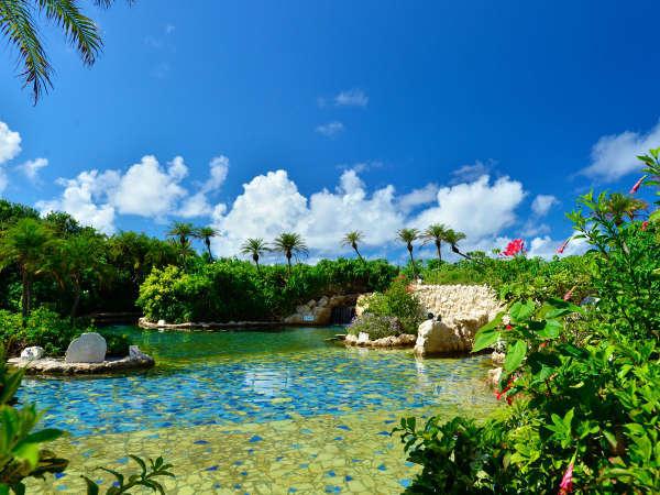 【シギラ黄金温泉/ジャングルプール】みんなで楽しめる水着で入るジャングルプールです。
