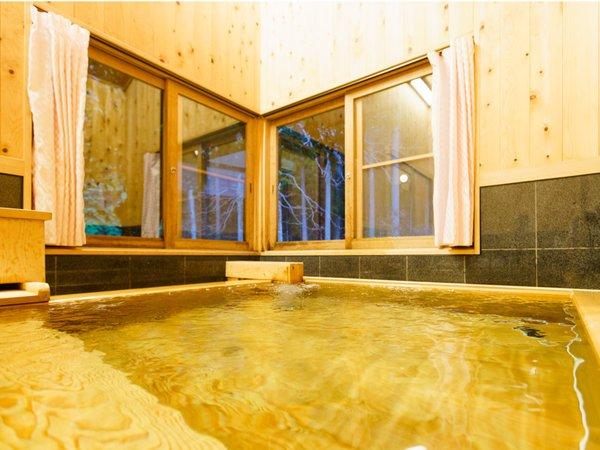 金風呂(香り豊かな高野槙の浴室)窓を開けると川を眺めながらの半露天風呂の気分