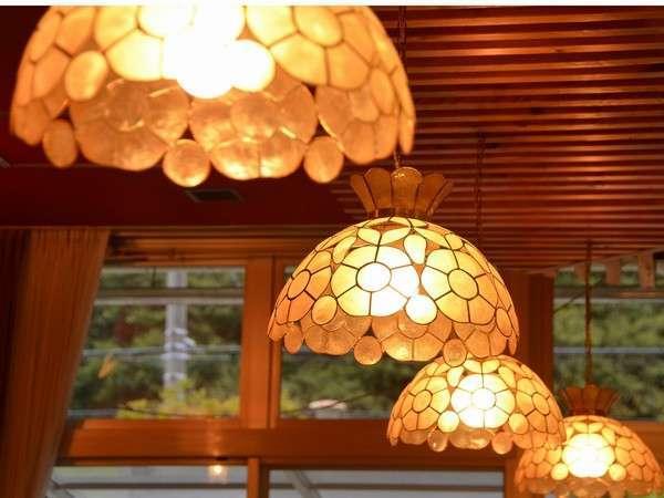 ラウンジは昭和の薫りが漂いますヨ♪照明器具がお洒落です。
