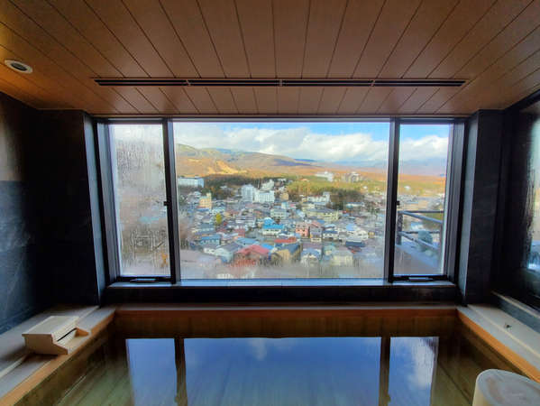 【眺望浴場/内湯】最上階に位置する眺望風呂から、美しい草津の山々と街並みを一望できます。
