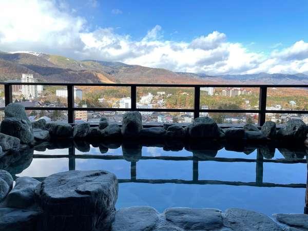 【眺望浴場/露天風呂】最上階に位置する眺望露天風呂から、美しい草津の山々と街並みを一望できます。