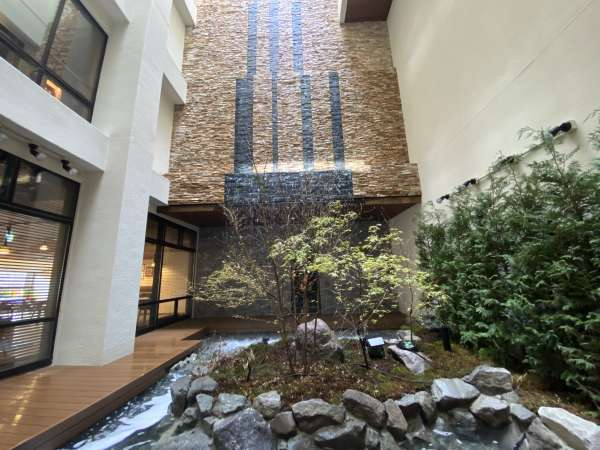 【館内】最上階からの滝はドイツの「トリベルクの滝」をイメージ。幻想的な空間をお愉しみいただけます。