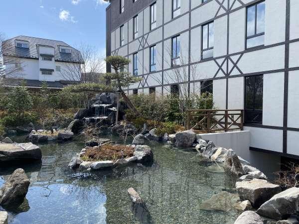 【2階】ラウンジの向こうには池が広がり、四季折々の自然を感じられます。