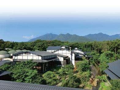 屋久島空港から徒歩1分。広大な敷地にさまざまなお部屋タイプをご用意してます