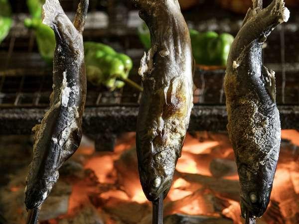 囲炉裏で焼き上げた絶品の岩魚