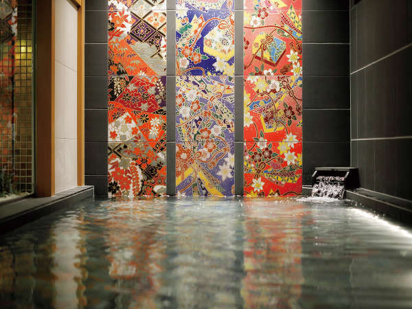 加賀友禅をモチーフにした女性浴場。