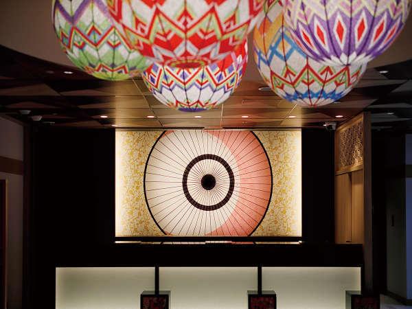 フロントは加賀友禅の配色を用いたライティング、和傘をイメージしております。