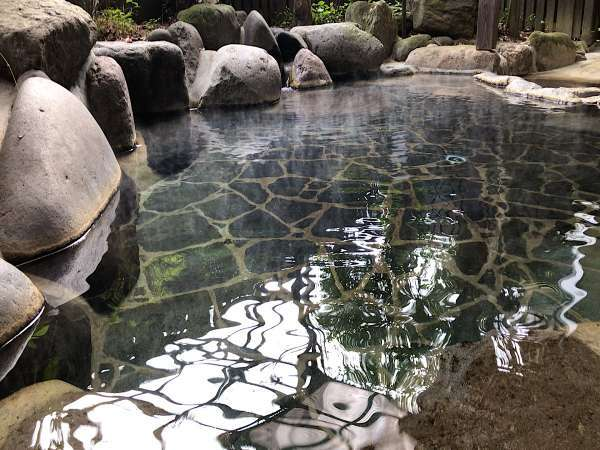 露天風呂源泉掛け流しの露天風呂泉質は弱アルカリ性単純泉と単純硫黄泉です