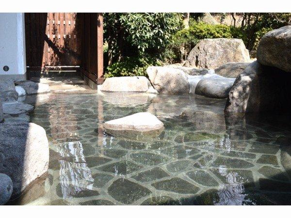 弱アルカリ性単純泉&単純硫黄泉のダブル美肌の湯の露天風呂