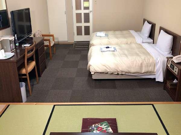 和洋室タイプの客室セミダブルベッドが2台と6畳のたたみスペースのお部屋