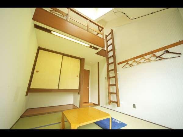 和室は、6畳の畳敷きのお部屋に役3.5畳のロフトがついています。