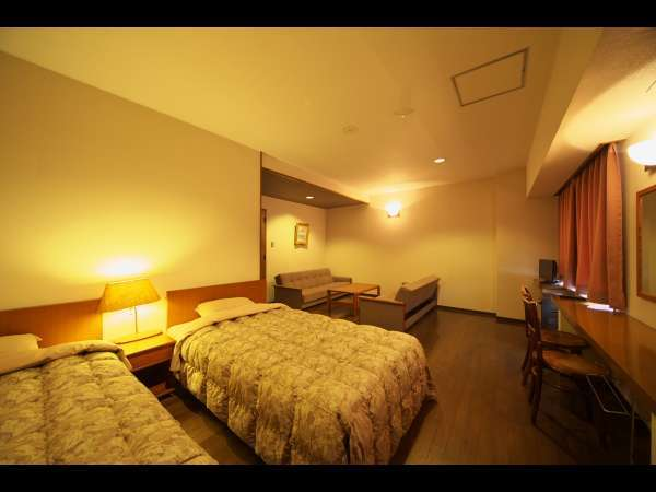 洋室Aのお部屋はツインベッド+エキストラベッド2の定員4名様のお部屋です。ユニットバストイレ付。