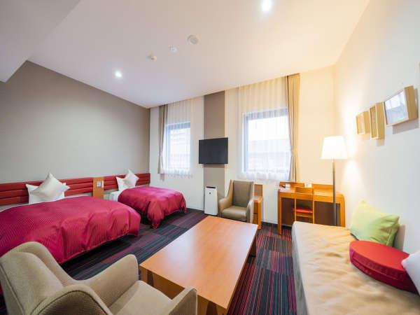 ラージツイン☆ホテル随一の広さの客室。4名までご宿泊可能のゆったりとしたツインルームです。