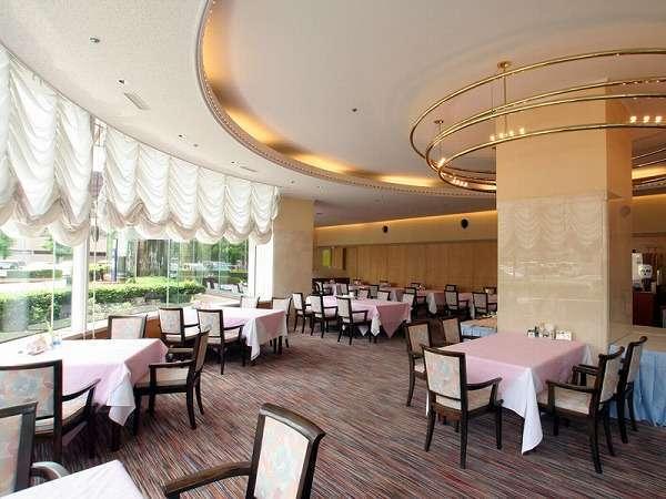 窓辺からの陽光があふれるサンルーム風レストラン「レザン」です。(ホール60席/個室1室)