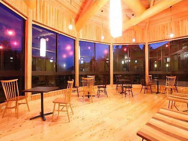 昼と夜では全く違った雰囲気を醸し出す展望休憩室