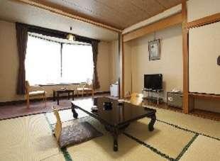 和室8畳・10畳一例。設備は古いですがゆったりとお寛ぎいただけます。