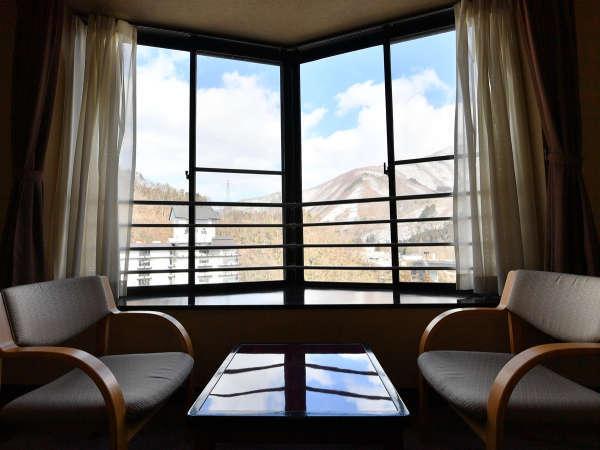 お部屋からの眺望(一例)。雄大な芦ノ牧温泉の風景