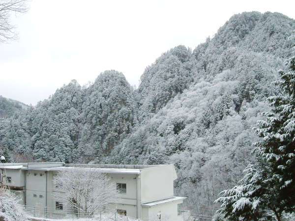 雪の七峰(髭田山)と七峰館。