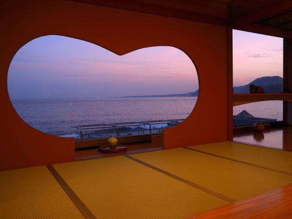 石花海へお越しのお客様をお迎えする「ハート型エントランス」記念撮影の場所としても人気です♪