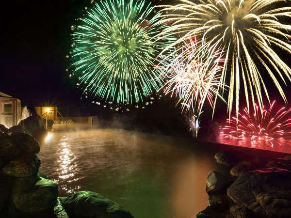【天空露天風呂TENQOO】湖を移動しながら打ち上げるので目の前で見られます!※花火大会は10/31迄