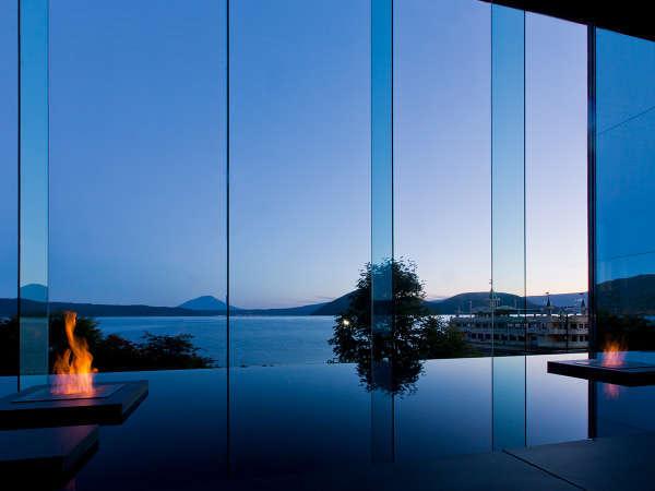 【ロビー】大きなガラスの向こうには暮れゆく洞爺湖の景色が広がります。