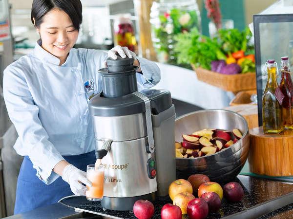 朝食ブッフェでは、ご注文いただいてから搾るフレッシュなりんごジュースが好評です。