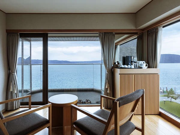 【スパリゾート館特別室】開放的な68㎡バルコニー付の広々客室。
