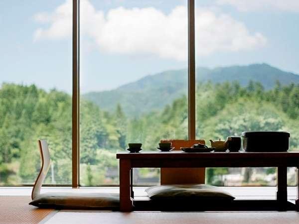 和室の全室掘りこたつがあり、足をおろしてゆっくりすると、そこには自然豊かな景色が心を癒します。