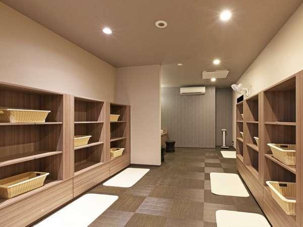 男女別大浴場脱衣所 15:00~26:00/5:00~10:00