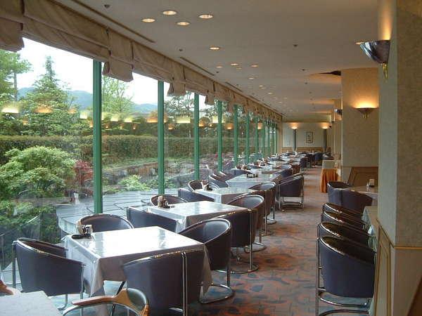 """ホテル内レストラン""""フェスティーボ"""" 窓から見える洋風庭園を眺めながらのお食事をお楽しみ下さい。"""