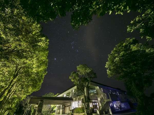 空を見上げれば満天の星が夜空を照らす。