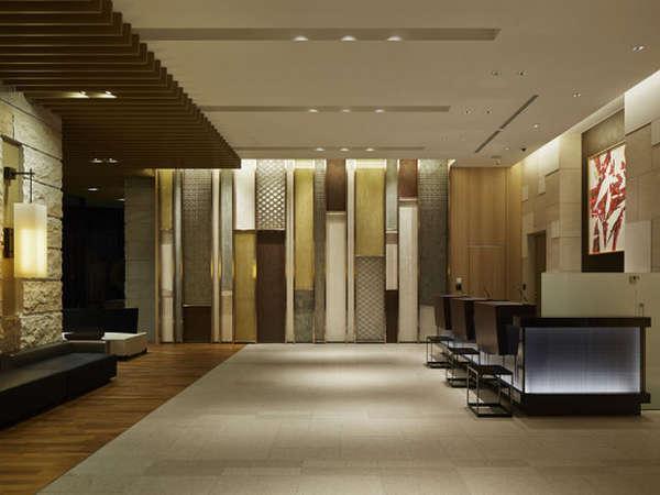 【1Fフロント】ようこそ、三井ガーデンホテル大阪プレミアへ。
