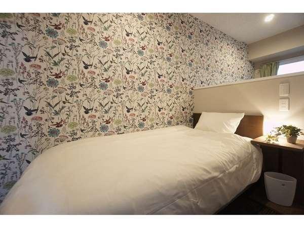 おしゃれな壁紙のシングルベッド♪