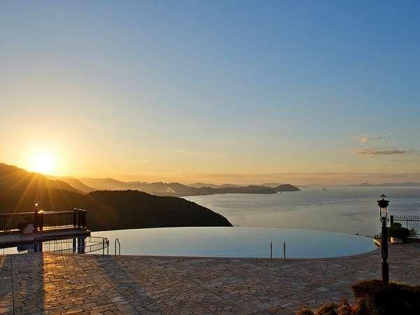 """ガーデンプールから望む夕日と瀬戸内海は""""貴方""""と大切な人との極上の思い出に。※プール営業は夏季のみ"""