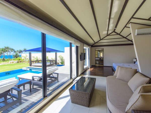 【客室】大きな窓からは、美しい景色を眺めることができます。