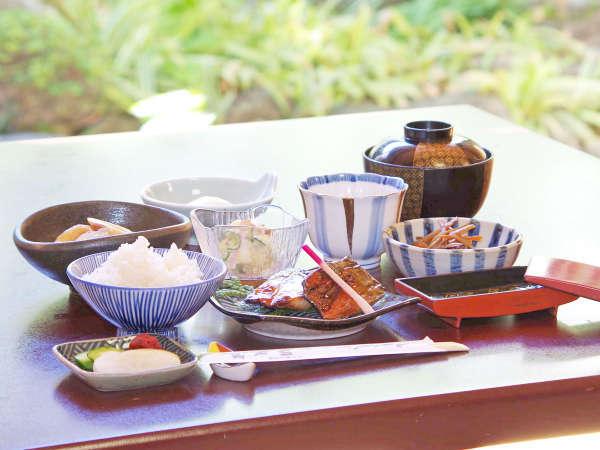 *【朝食】郷土料理《いしる》を使った焼き魚や、地元素材で作る和朝食が人気です。