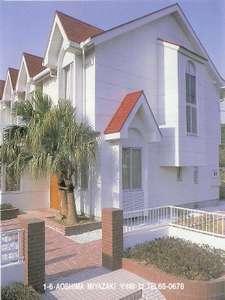 ・白壁に赤い屋根のペンションです。アットホームな雰囲気でお待ちしております。