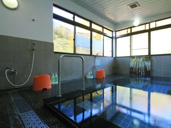 ◆【八幡の湯】明るく広めのお風呂は真ん中で仕切りのある男女別のお風呂です。