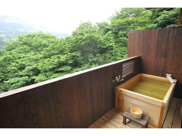 緑に囲まれた客室露天風呂。誰にも邪魔されない極上のひと時を。