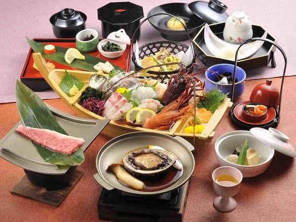 夕食の懐石料理、鮑or伊勢海老プランはどちらか1品選べます舟盛は更に舟盛付きプランになります