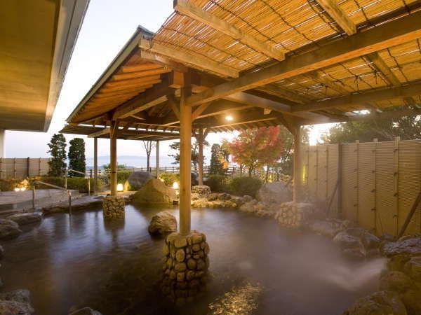 <天然温泉露天風呂「あじさい」>ここちよい風を頬に感じながら心ゆくまでお楽しみ下さい。