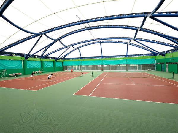 【屋内テニスコート(冬季以外)】ナイターも完備した本格的なコート。