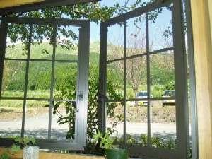 【廊下】通路から窓越しに季節ごとの夜峰山を望む/阿蘇五岳館