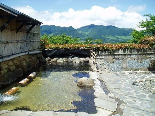 【大浴場露天風呂】新緑の頃~透き通る空気の中やうつくしき緑~南阿蘇外輪山を望む。